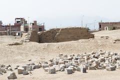 Kontrastieren Sie von einer moderneren Stadt zu einer alten Stadt in Peru Stockfotografie