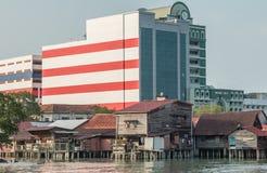 Kontrastieren Sie zwischen alter und neuer Architektur in Georgetown, Penang, Malaysia Lizenzfreie Stockfotos