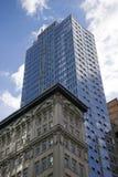 Kontrastierende Arten der Architektur Stockfotos