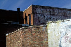 Kontrastierende Backsteinmauern stockfotos