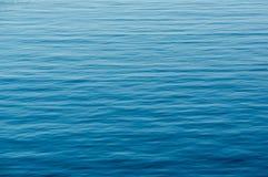 Kontrastreiches Bild in Cyan-blauem mit schwarzem Hintergrund Stockbilder