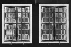 Kontrastschwarzweiss-Weinlesefenster mit Reflexionen Stockbild