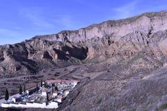Kontrastuje cmentarz z cyprysami w piaskowatych wzgórzach i pustyni fotografia stock