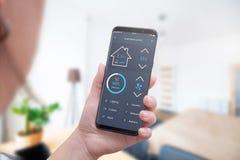 Kontrola domowa temperatura, światło, ochrona z nowożytnym telefonem komórkowym app obraz royalty free