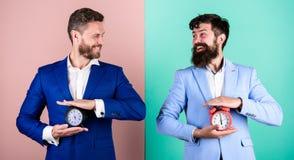 Kontrola i dyscyplina Buduje twój jaźni dyscyplinę Mężczyzn kostiumów chwyta biznesowi formalni budziki Brak jaźni dyscyplina obraz royalty free