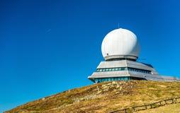 Kontrola lotów radarowa stacja na górze Uroczystej Ballon góry w Alsace, Francja Zdjęcia Royalty Free