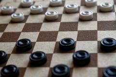 Kontrollörer i schackbrädet som är klar för att spela abstrakt lekillustration för begrepp 3d En forntida lek hobby kontrollörer  arkivfoton