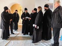 Kontroll av konstruktionen av den kyrkliga och biskops- servicen i den Kaluga regionen av Ryssland Royaltyfria Foton