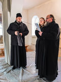 Kontroll av konstruktionen av den kyrkliga och biskops- servicen i den Kaluga regionen av Ryssland Arkivfoton