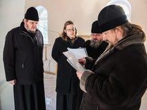 Kontroll av konstruktionen av den kyrkliga och biskops- servicen i den Kaluga regionen av Ryssland Royaltyfri Foto