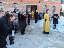 Kontroll av konstruktionen av den kyrkliga och biskops- servicen i den Kaluga regionen av Ryssland Royaltyfri Bild