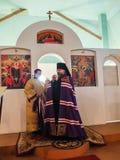 Kontroll av konstruktionen av den kyrkliga och biskops- servicen i den Kaluga regionen av Ryssland Royaltyfri Fotografi