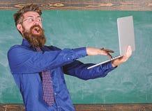 Kontroll för kunskap för avstånd för håll för Hipsterlärareglasögon bärbar dator passerad Lyckad undersökning Online-passerandepr arkivfoton