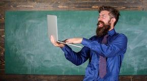 Kontroll för kunskap för avstånd för håll för Hipsterlärareglasögon bärbar dator passerad Online-passerandeprov Skäggig lycklig m royaltyfria foton