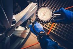 Kontroll för service för bil för gummihjultryck Arkivbilder