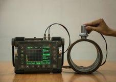 Kontroll för stålrör vid det ultraljuds- provet för funnen inre defe Arkivfoton