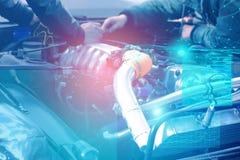 Kontroll och diagnostik av motorn och elkrafterna av bilen p? servicemitten med sk?rmen av ?kad verklighet arkivfoto