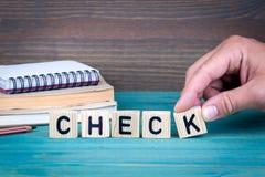 kontroll Träbokstäver på den informativ och kommunikationsbakgrunden för kontorsskrivbord, arkivfoton