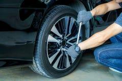 Kontroll- und Reparaturräder, ohne zu müssen, Service-Geschäfte zu importieren stockfotos