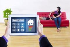 Kontrollant app av det smarta huset på minnestavlan Royaltyfria Bilder