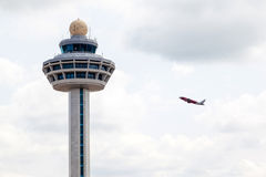 Kontrollant Tower With Plane Tak för Singapore Changi flygplatstrafik Arkivbilder