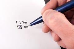 Kontrollaskar med jaet och ingen fråga, hand med den ingen pennkontrollen Arkivbild