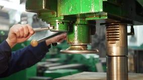 Kontrollbord av att bearbeta med maskin metall p? fabriken stock video