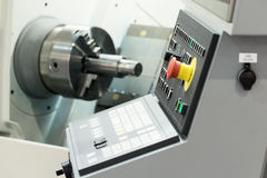 Kontrollbord av den moderna drejbänken industriell abstrakt bakgrund Arkivfoto