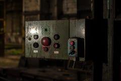 Kontrollbord i övergiven industribyggnad arkivfoto