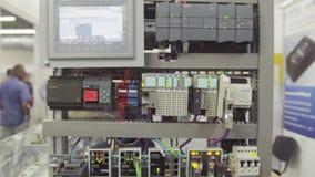 Kontrollbord i fabriken Strömbrytarekontroll, många elektroniska apparater Elektrisk ställning med apparater och skärmen stock video