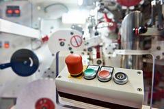 Kontrollbord med knappar för att koppla den industriella maskinen Royaltyfria Foton