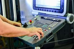 Kontrollbordet av programmet av arbete på kontrollbordet av precisionCNCEN som bearbetar med maskin mitten, bearbeta av manufacen arkivfoto