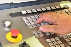 Kontrollbordet av programmet av arbete på kontrollbordet av precisionCNCEN som bearbetar med maskin mitten, bearbeta av manufacen royaltyfria bilder