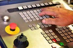 Kontrollbordet av programmet av arbete på kontrollbordet av precisionCNCEN som bearbetar med maskin mitten, bearbeta av manufacen royaltyfria foton
