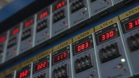 Kontrollbordet med röda indikatorer som visar parametrar av utrustningen arkivfilmer
