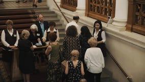 Kontrolle-Abnehmer, der Karten auf Treppenhaus im klassischen Artinnenraum verkauft und überprüft stock video footage