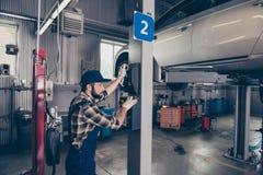Kontrolle der Maschine, Motor, Getriebe Beschäftigter Experte im Hemd und in u stockbild