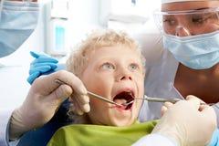Kontrolle der Mundhöhle stockfotografie