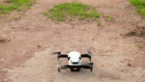 Kontrolle des Brummens oder des kleinen quadcopter stock video footage