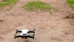 Kontrolle des Brummens oder des kleinen quadcopter stock video