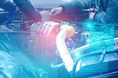 Kontrolle und Diagnosen der Maschine und der Elektrik des Autos in dem Service-Center mit der Anzeige der vergrößerten Wirklichke lizenzfreie stockfotos