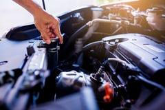 Kontrolle und Wartung das Wasser im Heizkörperauto mit selbst stockfoto