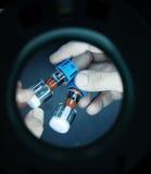Kontrolle von Medizin packte in den Glasphiolen Lizenzfreies Stockfoto