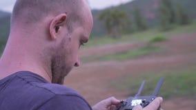 Kontrollebrummen des Mannes draußen stock footage