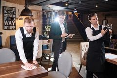 Kontrollekellner des Restaurantmanagers lizenzfreies stockbild
