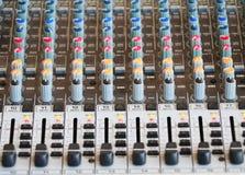 Kontrollen der mischenden Audiokonsole Stockfotos
