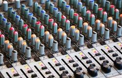Kontrollen der mischenden Audiokonsole Stockfotografie