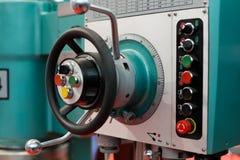 Kontrollen einer Bohrung und der Fräsmaschine stockfotografie