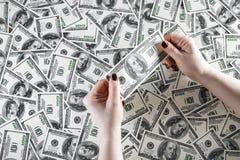 Kontrollera äktheten av pengar Fotografering för Bildbyråer