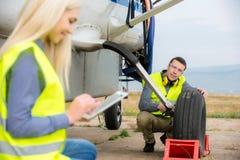 Kontrollera aircraft& x27; s-gummihjul arkivfoton